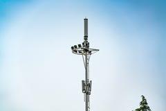 Fernsehturmpfosten, Mobile, Internet 4G, wifi mit Hintergrund des blauen Himmels Stockfotografie