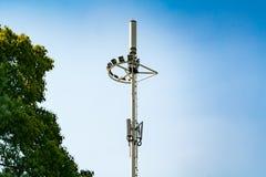 Fernsehturmpfosten, Mobile, Internet 4G, wifi mit Hintergrund des blauen Himmels Stockbilder