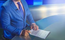 Fernsehvorführer, der sich vorbereitet zu leben, Video strömend Lizenzfreie Stockfotos