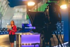 Fernsehvorführer, der sich vorbereitet zu leben, Video strömend Lizenzfreies Stockbild