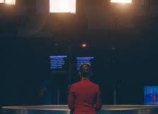 Fernsehvorführer, der sich vorbereitet zu leben, Video strömend Stockbild
