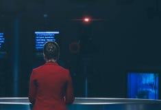 Fernsehvorführer, der sich vorbereitet zu leben, Video strömend Stockfotografie