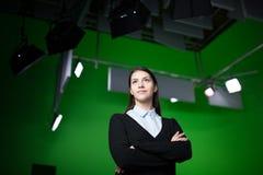 Fernsehwetter-Nachrichtenreporter bei der Arbeit Nachrichten verankern das Vorlegen des Weltwetterberichts Fernsehvorführeraufnah Stockbilder