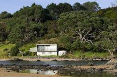 Fernstapel-Feiertagshaus in ländlichem Neuseeland stockfotografie