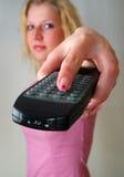 Fernsteuerungs in der Hand des Mädchens Lizenzfreie Stockfotos