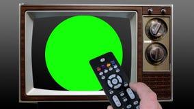 Fernsteuerungsfernsehen auf Farbenreinheits-Schlüssel-Grün-Schirm stock footage