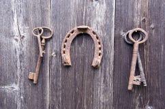 Ferradura antiga oxidada da chave e do vintage imagem de stock