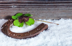 Ferradura na neve, símbolo da felicidade Fotos de Stock Royalty Free
