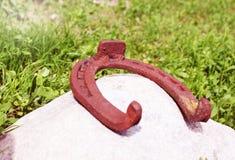 Ferradura oxidada antiga fixada em pregos na superfície de madeira velha Imagem de Stock Royalty Free