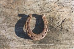 Ferradura velha afortunada no fundo rústico velho de madeira imagem de stock royalty free