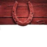 A ferradura velha que pendura na parede de madeira Imagens de Stock Royalty Free