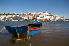 Ferragudo mit Fischerboot Stockfoto