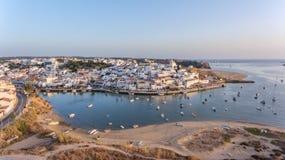 _ Ferragudo på solnedgångskytte från himlen med surret Portimao arkivfoton