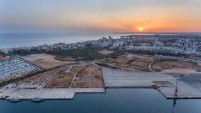_ Ferragudo på solnedgångskytte från himlen med surret Portimao Portugal Arkivfoto