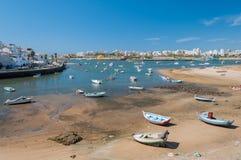 Ferragudo, Portugal Fisher pequeno e cidade turistic no Algarve Fotos de Stock Royalty Free