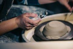 Ferramenta da cerâmica na mão da menina do ` s do oleiro imagem de stock