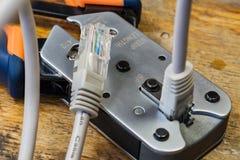 Ferramenta de friso para montar dos conectores RJ45 no desktop em uma oficina Imagem de Stock Royalty Free