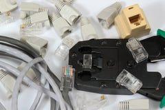 A ferramenta de friso para a rede do twisted pair cabografa com conectores fotos de stock royalty free