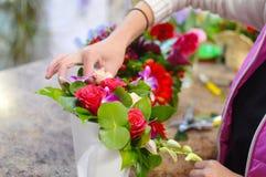 Ferramenta de funcionamento do florista no florista imagens de stock
