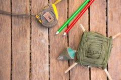 A ferramenta do artesão do fundo tem a serra e prumo a prumo e fita métrica No fundo de madeira Tela para o carpinteiro Imagens de Stock Royalty Free