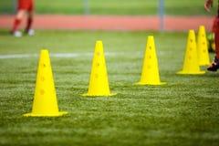 Ferramenta do cone para treinar no passo do futebol Campo de futebol da grama dentro Imagens de Stock Royalty Free
