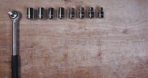 Ferramenta do grupo do soquete no fundo de madeira com copyspace para seu texto fotos de stock royalty free