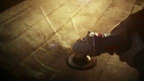 Ferramenta do moedor de ângulo, purgação bonita de aparas da serragem pela máquina de lustro 100 fps rápidos video estoque
