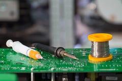 Ferramenta do reparo do circuito eletrônico no centro de serviço foto de stock