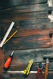 Ferramenta em placas idosas de madeira Ainda vida na oficina Foto de Stock Royalty Free