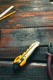 Ferramenta em placas idosas de madeira Ainda vida na oficina Fotos de Stock Royalty Free