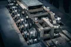 Ferramenta fazendo à máquina do equipamento do metal industrial na fábrica metalúrgica da fabricação, fundo industrial Fotos de Stock Royalty Free