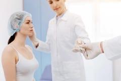 Ferramenta médica que está sendo dada a um cirurgião plástico fotos de stock royalty free