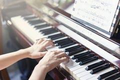 Ferramenta musical do jazz do piano, fim acima do teclado de piano, keybo do piano Imagens de Stock