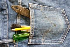 A ferramenta nas calças de brim suporta o bolso Foto de Stock Royalty Free