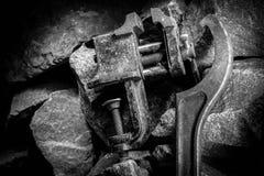 Ferramenta oxidada velha na sala escura, lugar totalmente escuro, jogando com luzes, material velho, vice, rocha fotografia de stock