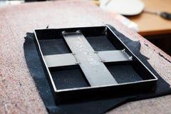 Ferramenta para perfurar para fora as formas do couro, usadas para a produção dos artigos de couro foto de stock