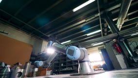 A ferramenta robótico gerencie ao trabalhar em uma facilidade moderna vídeos de arquivo