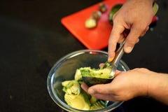 A ferramenta simples da cozinha prepara abacates rapidamente fotos de stock