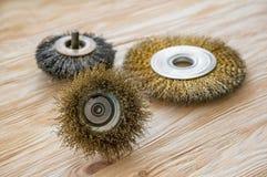 Ferramentas abrasivas para escovar a madeira e dar-lhe a textura Escovas de fio na madeira tratada imagens de stock