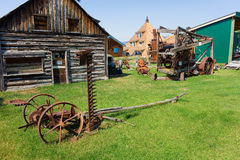 Ferramentas agrícolas velhas na exposição em um museu exterior em Canadá do norte imagens de stock