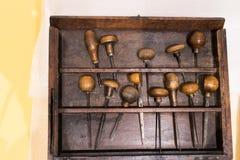 Ferramentas antigas para gravar e imprimir em um caso de madeira Ferramentas foto de stock