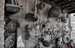 Ferramentas antigas que penduram na rede de pesca fotos de stock royalty free