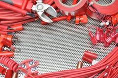 Ferramentas, componente e cabos bondes na superfície de metal imagem de stock