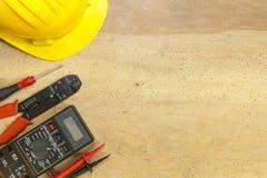 Ferramentas, componentes e instrumentos do eletricista em um fundo de madeira fotografia de stock royalty free