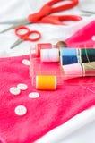 Ferramentas da costura e fita/jogo de costura coloridos Imagem de Stock