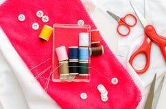 Ferramentas da costura e fita/jogo de costura coloridos Tesouras Fotos de Stock Royalty Free