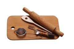 ferramentas da cozinha na placa de madeira imagens de stock royalty free