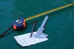 Ferramentas da medida na tabela: compasso de calibre e roleta fotos de stock