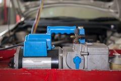 Ferramentas da monitoração para o condicionamento de ar automotivo na garagem do carro fotos de stock