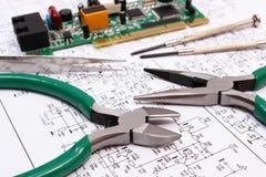 Ferramentas da placa e da precisão de circuito impresso no diagrama da eletrônica, tecnologia Fotografia de Stock Royalty Free